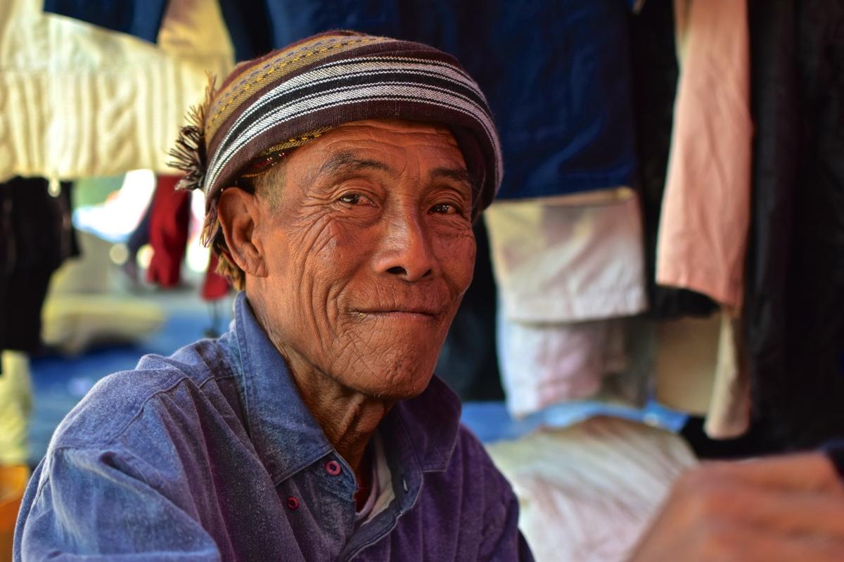 Portrait d'un vendeur sur le marché de Nyaung Shwe