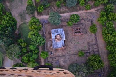 Survol d'un temple de Bagan