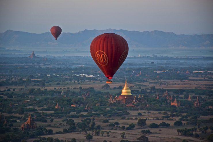 Survol de la plaine de Bagan