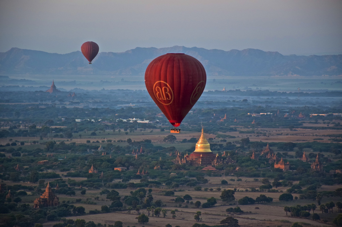 Survol de la plaine de Bagan