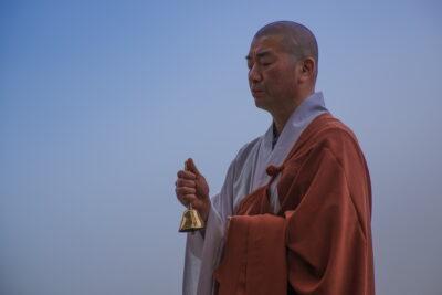 Bonze qui prie dans un temple en Corée du Sud