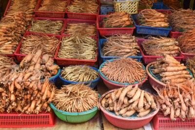 Ginseng sur le marché des plantes médicinales de Séoul