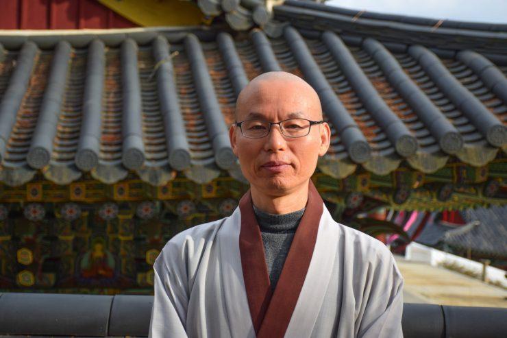 Bonze dans le temple Haeinsa en Corée du Sud