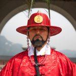 Relève de la garde devant un palais de Séoul