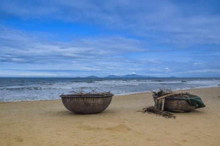 Bateaux de pêcheurs sur la plage du Nam Hai Hotel