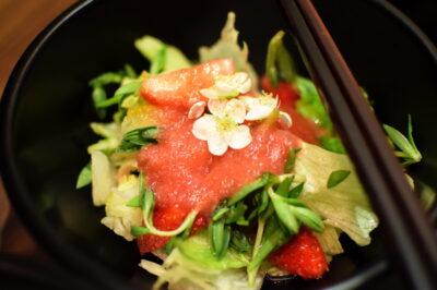Salade avec une sauce à la fraise - Restaurant Balwoo