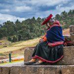Femme âgée près des ruines de Chinchero au Pérou