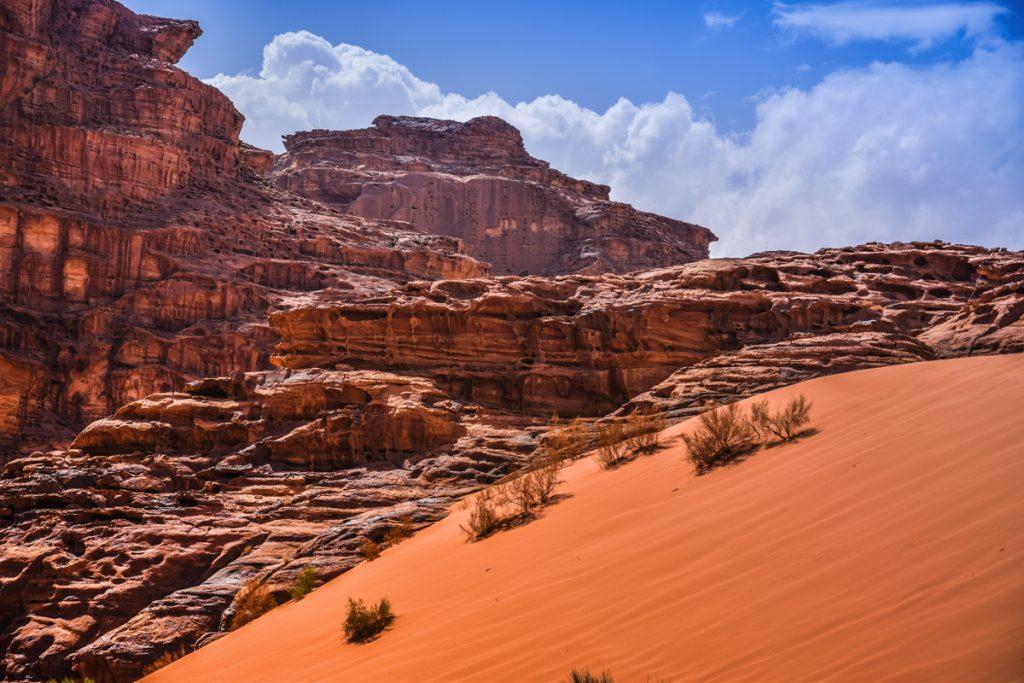 Dune et formation rocheuse dans le Wadi Rum en Jordanie