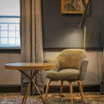 Fauteuil dans la chambre de l'hôtel Thérèse