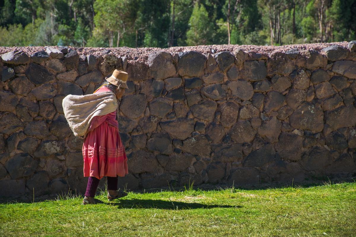 Femme dans des ruines incas au Pérou