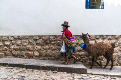 Femme et son lama à Cusco