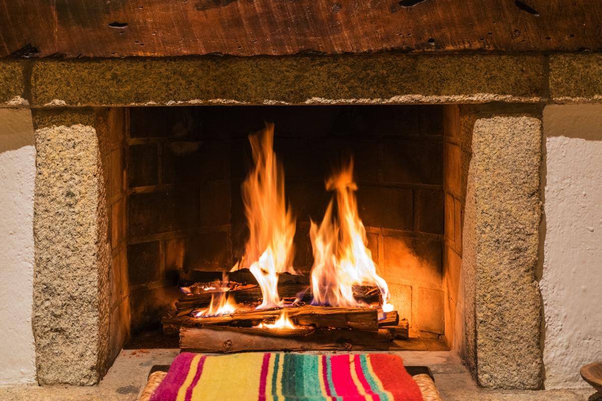 Cheminée au feu de bois dans la chambre