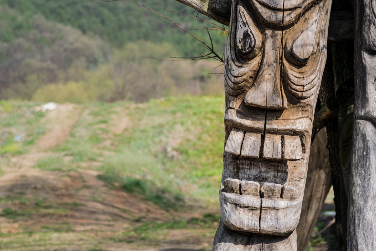 Statue à l'effigie des masques d'Hahoe