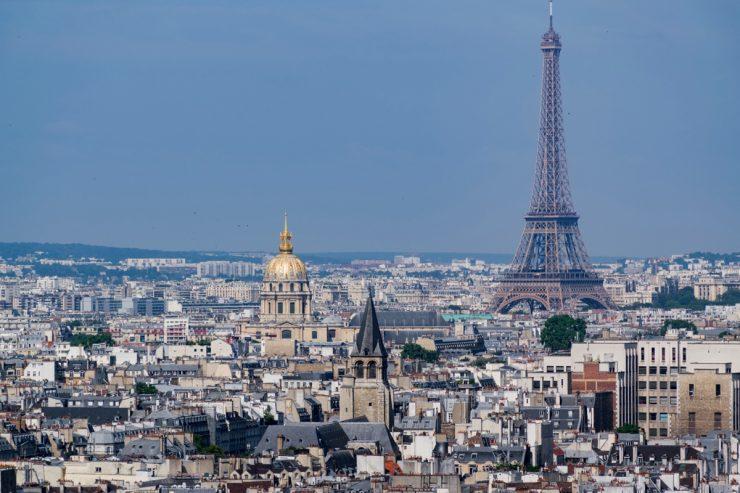 Vue sur la Tour Eiffel depuis le sommet de la cathédrale Notre-Dame de Paris