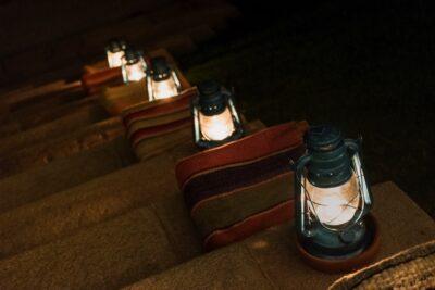 Lanternes allumées en soirée à l'Inkaterra Hacienda Urubamba