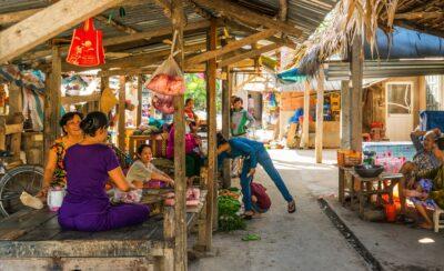 Petit marché sur le delta du Mékong