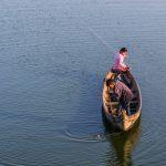 Barque de pêche sur le lac