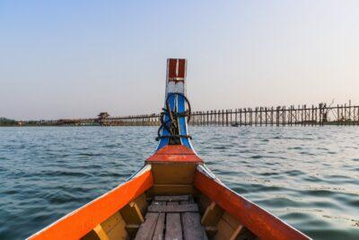 En bateau à proximité du pont d'U Bein