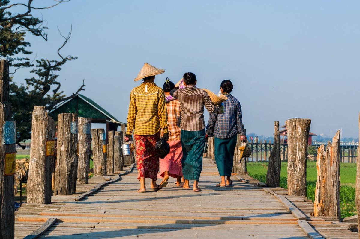Femmes sur le pont de U Bein