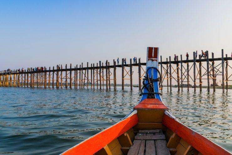 En bateau à proximité du pont U Bein