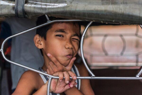 Enfant dans un jeepney à Manille