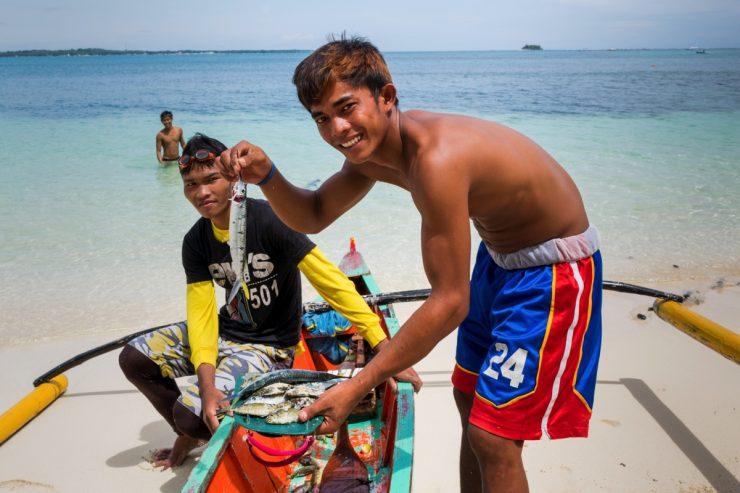 Pêcheurs à Dako Island aux Philippines