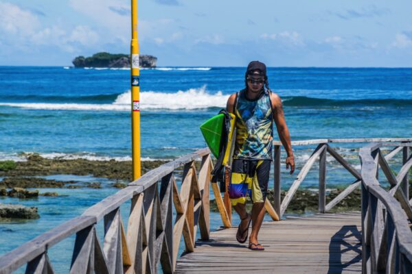 Surfeur au spot Cloud 9 à Siargao