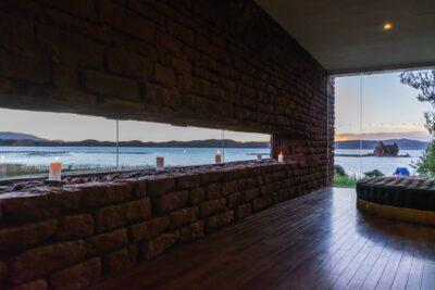 Lobby du Titilaka lodge avec vue sur le lac