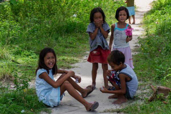 Enfants dans le village de Dako Island