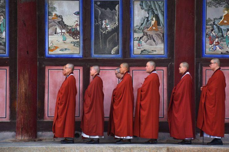 Fin de prière au temple Haeinsa en Corée du Sud