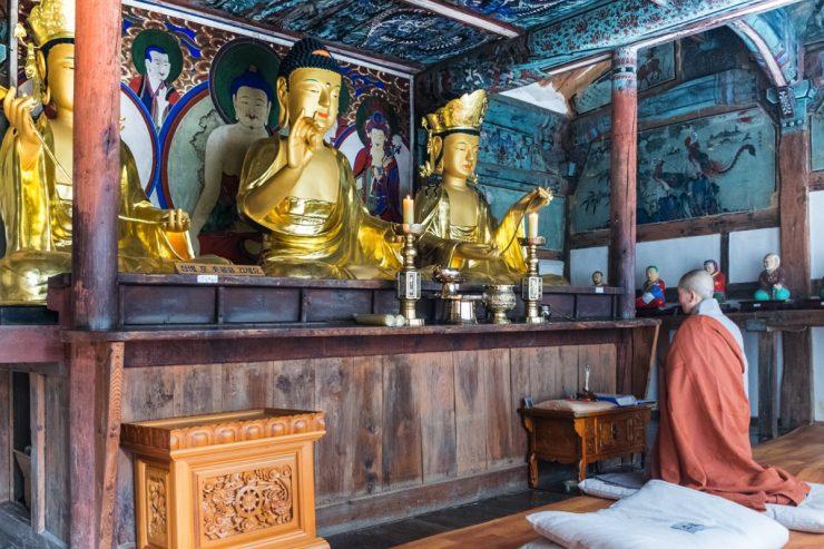 Moine bouddhiste qui prie