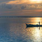 Pêcheur au lever de soleil depuis l'hôtel Isla Cabana