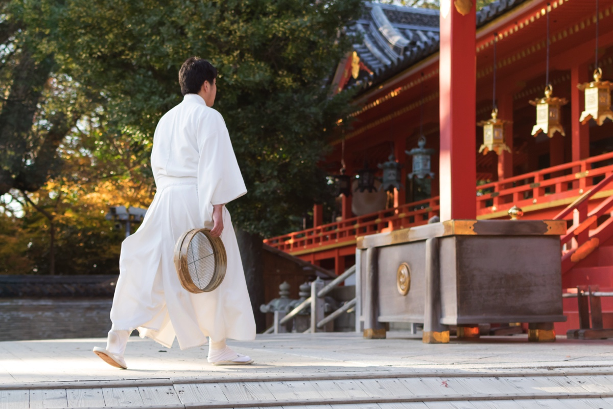 Prêtre shinto dans un sanctuaire shinto de Yawata