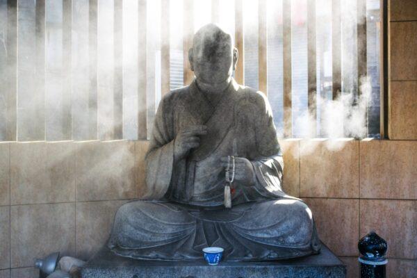 Statue dans les vapeurs de onsen à Yumura