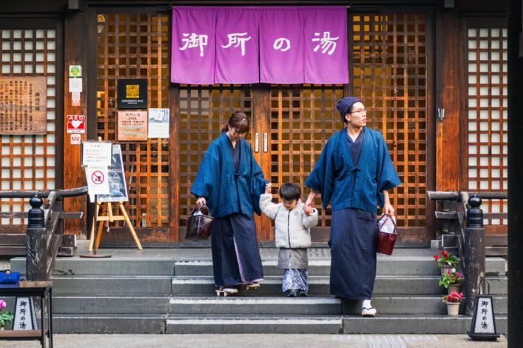 Famille qui sort d'un onsen de Kinosaki
