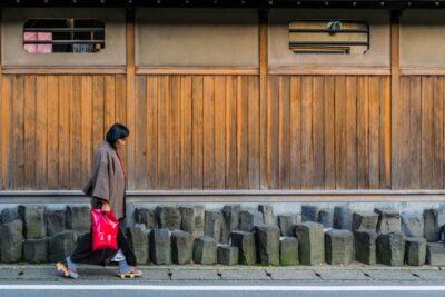 Femme dans une rue de Kinosaki