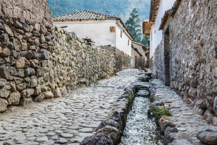 Ruisseau d'eau dans une rue d'Ollantaytambo