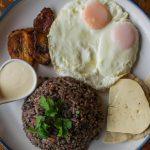 Petit déjeuner typique à la Casa Chameleon de Mal País