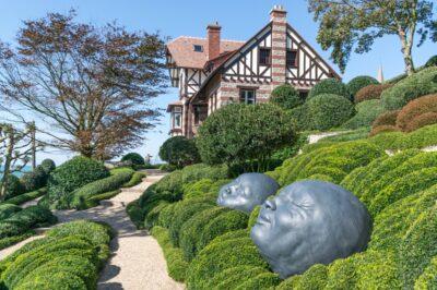 Une allée des jardins d'Etretat