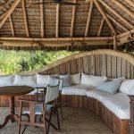 Canapé devant une villa de Mnemba Island