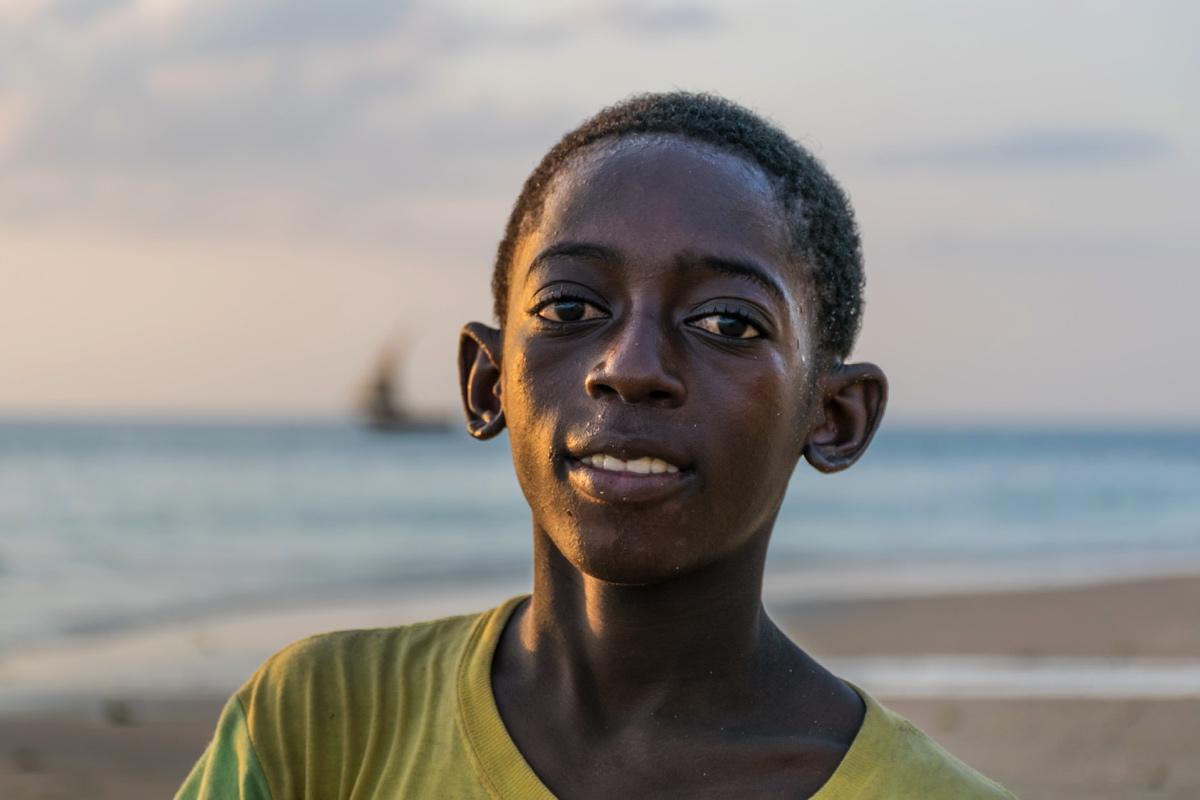 Enfant sur la plage de Stone Town en fin de journée