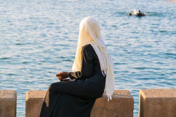 Femme observant le port de Stone Town à Zanzibar