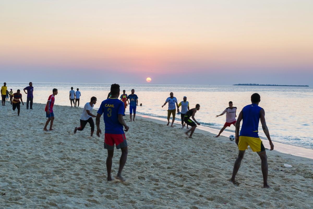 Football sur la plage de Stone Town