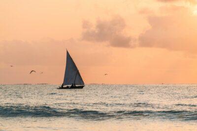 Pêcheurs au large de Mnemba Island au lever de soleil