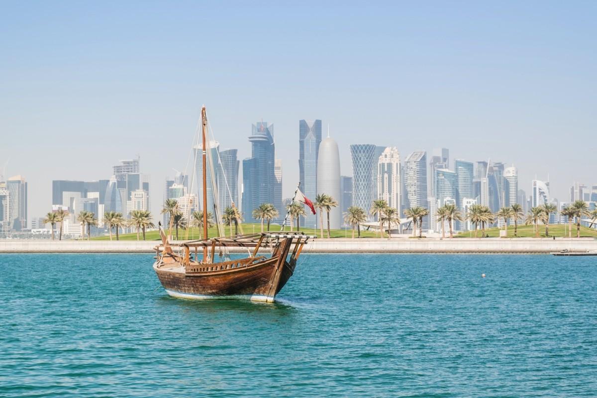 Dhow et skyline à Doha au Qatar