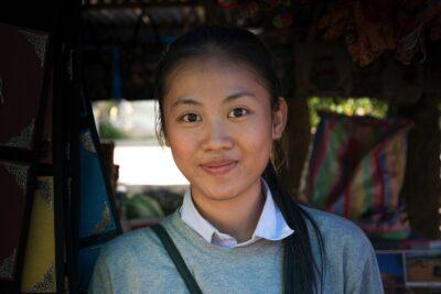 Femme vendant des souvenirs à Luang Prabang