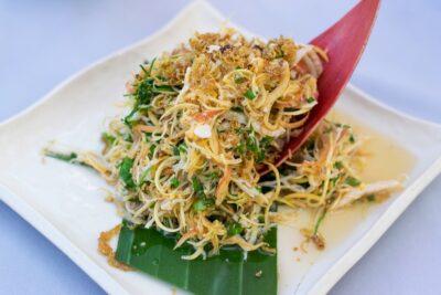 Banana leaf flower salad au Manda de Laos