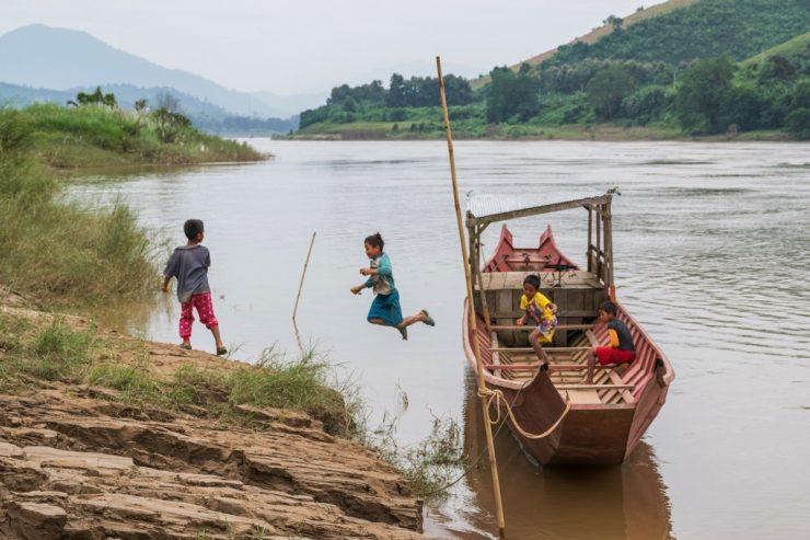 Enfants qui jouent sur le Mékong au Laos