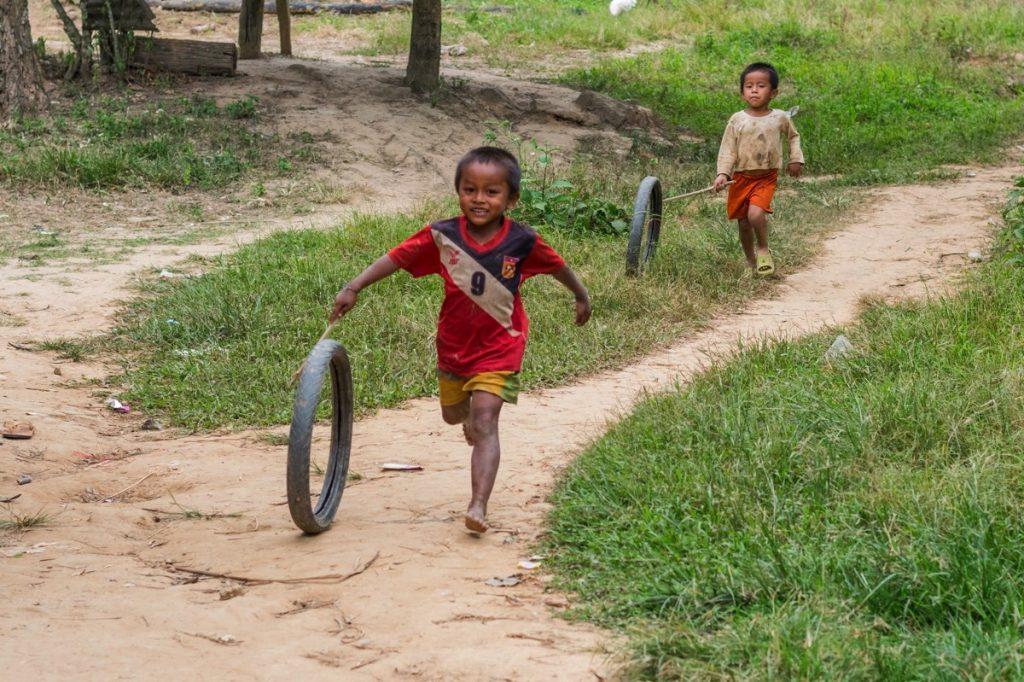Gamins qui jouent dans un village sur les rives du Mékong au Laos