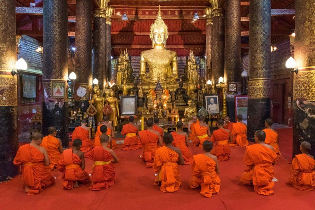 Prière au Wat Mai de Luang Prabang